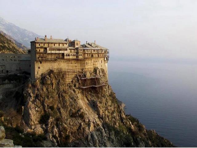 Ngọn núi thiêng kỳ bí ở Hy Lạp, nơi cấm tuyệt đối phụ nữ đặt chân tới