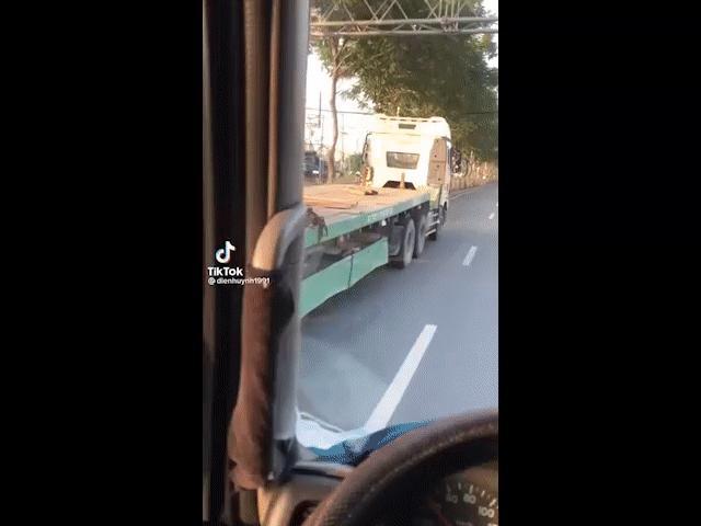 Xe chở cuộn tôn hàng chục tấn không chằng chạy băng băng trên đường