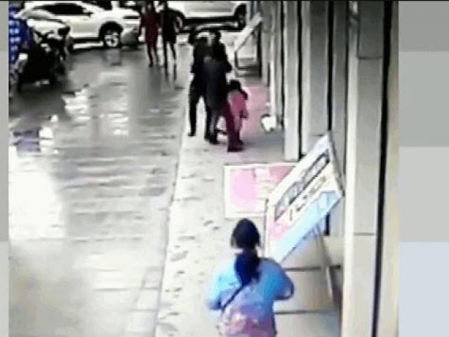 Clip: Chặn đường cô gái để giật túi xách, tên cướp nhận ngay kết đắng