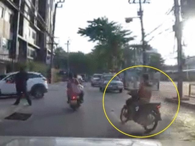 """Video: Bốc đầu ngổ ngáo, ngã ra đường còn bị chính xe máy của mình """"đập"""" lại"""