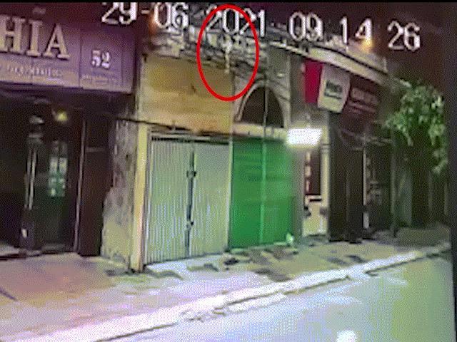 Clip: Thót tim khoảnh khắc người đàn ông đỡ bé gái rơi từ tầng 2 xuống đường