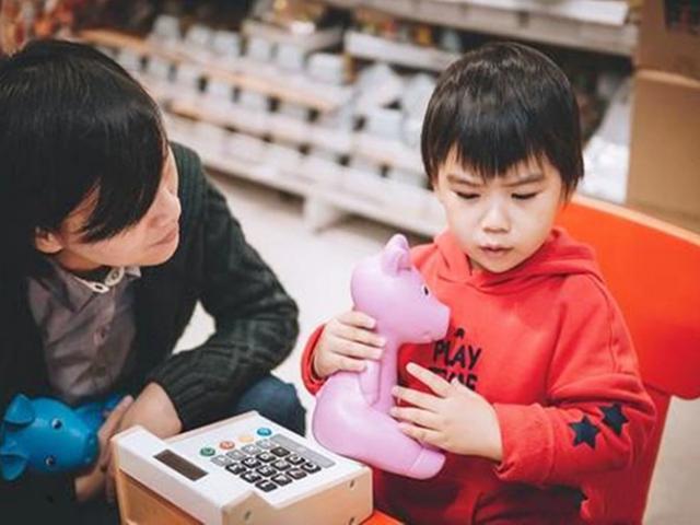 """Trẻ nói """"Con muốn mua cái này"""", cách cha mẹ trả lời quyết định tính cách của con mình sau này"""