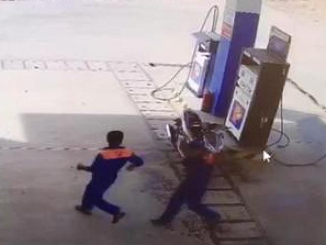 Phun xăng lên người nhân viên cây xăng dọa đốt để cướp 20 triệu đồng