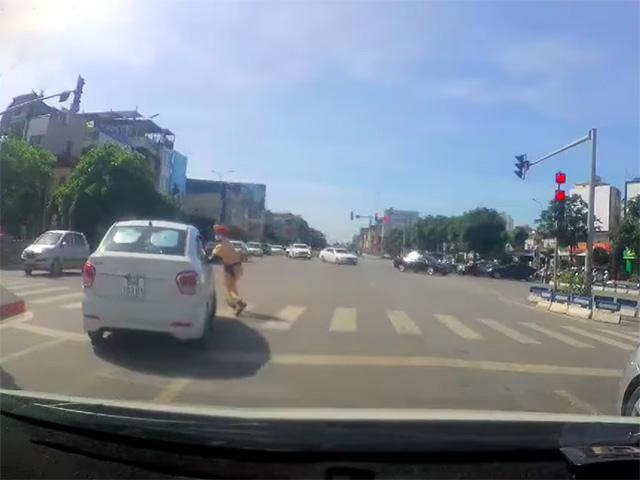 """Hyundai Grand i10 """"thông chốt"""" bỏ chạy ngay ngã tư đường lớn"""