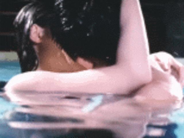 """""""Chị dâu Võ Tòng"""" lẳng lơ nhất bị """"khui"""" lại cảnh hôn ở bể bơi"""