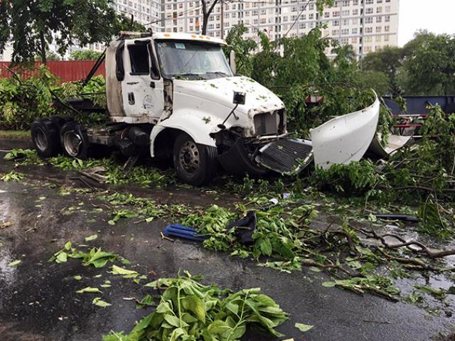 """Xe container """"đại náo"""" đường phố Sài Gòn và hiện trường như trận cuồng phong vừa """"quét qua"""""""