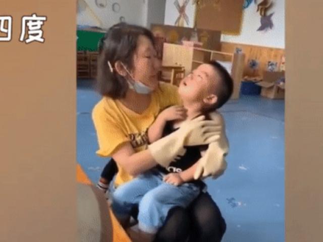 """Cô giáo """"lỡ tay"""" vẽ mẹ béo hơn thực tế, cậu bé khóc lóc vật vã vì quá """"tổn thương"""""""