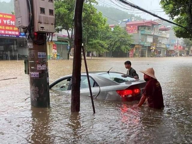"""Lào Cai: Phố ngập như sông, ô tô nổi bồng bềnh trong """"biển nước"""""""