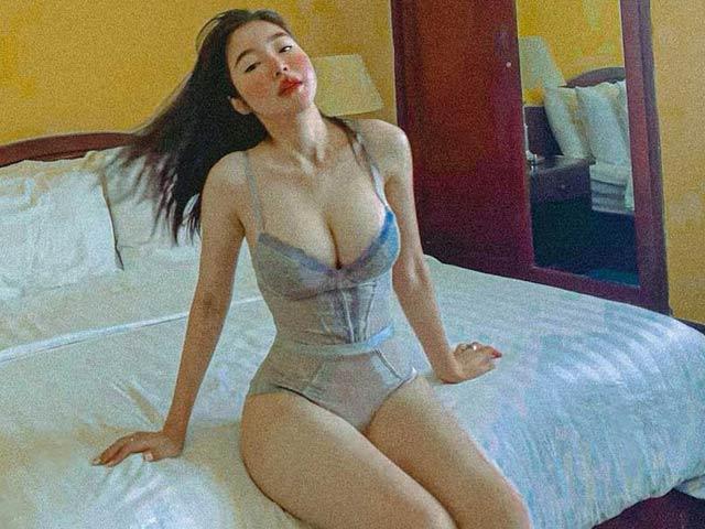 Elly Trần tạo tư thế chụp ảnh khoe dáng như búp bê