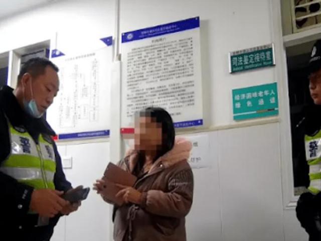 Tài xế taxi chở hai mẹ con, vừa nhìn chân đứa trẻ liền báo cảnh sát, phanh phui sự thật đáng sợ