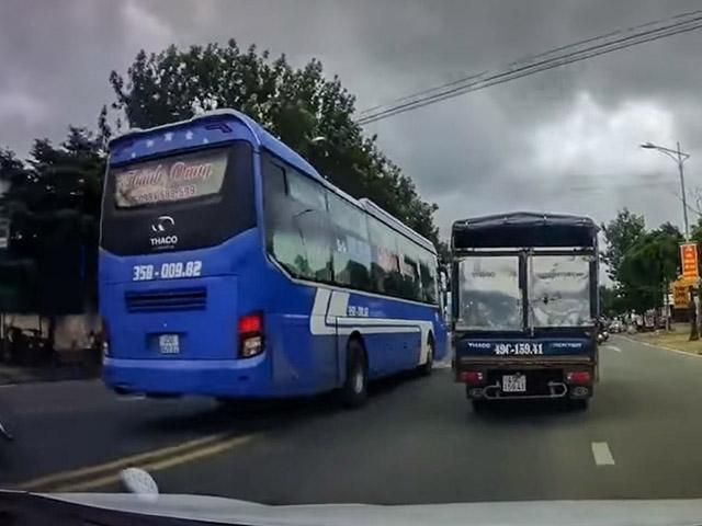 Xe khách vượt ẩu suýt gây tai nạn trên QL20 tỉnh Lâm Đồng