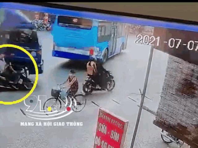 Clip: Tránh xe buýt quay đầu, xe tải suýt cán trúng 2 người đi xe máy