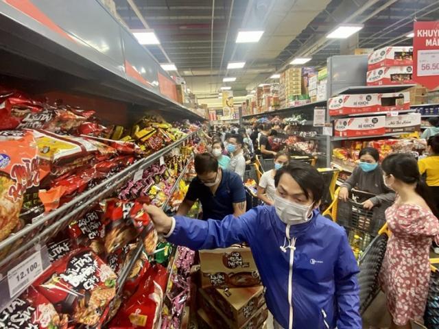 Người dân đổ xô đi siêu thị trước thời điểm TP Hồ Chí Minh thực hiện giãn cách xã hội