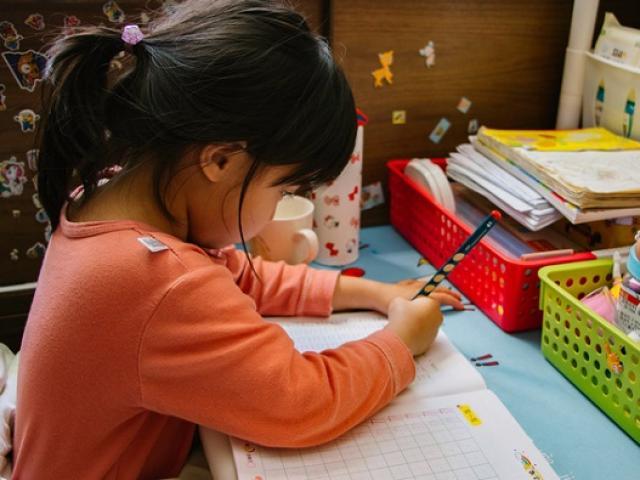 """Con gái làm toán """"3600 ÷ 9 = 400"""" bị cô giáo gạch sai, bố """"ngã ngửa"""" khi nghe lời giải thích của giáo viên"""