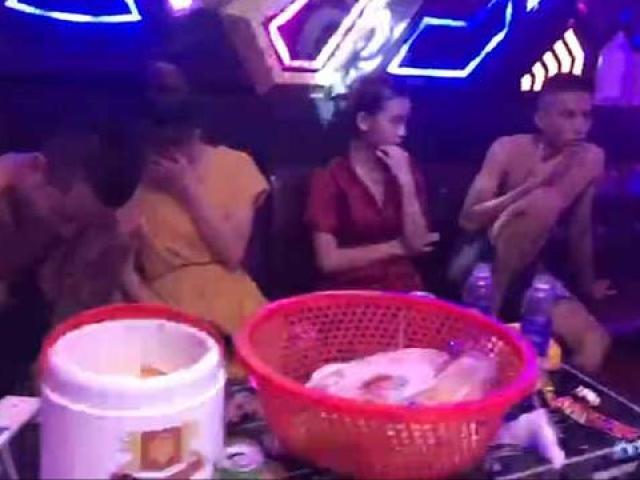 """Phú Thọ: 14 nam, nữ """"mở tiệc"""" ma tuý trong quán karaoke"""