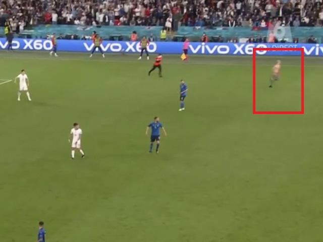 Chung kết EURO gặp sự cố: Fan cuồng cởi áo lao xuống sân phá đám trận đấu