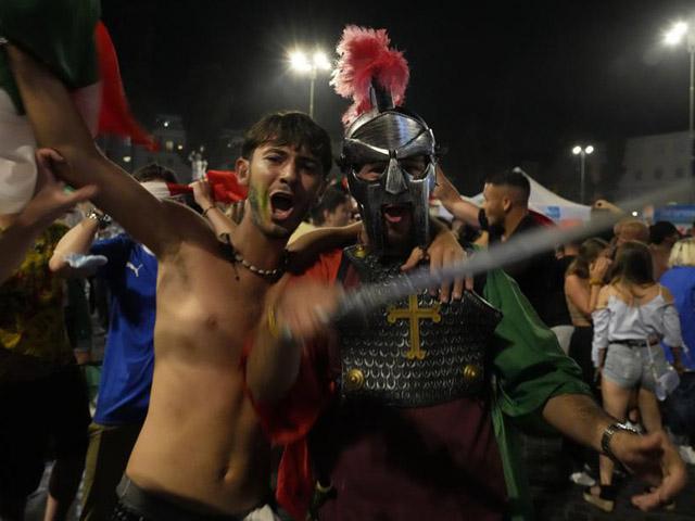 Fan Italia ăn mừng vô địch EURO 2020 quá đà, 3 người nhập viện khẩn cấp