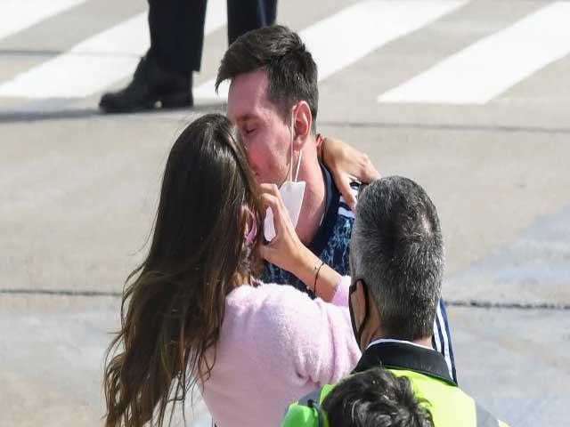 Messi ôm vợ yêu mừng lên ngôi Copa America, CĐV mở hội đón ĐT Argentina về nước