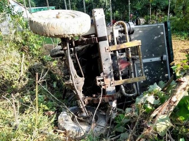 Công nông tuột dốc đổ đè máy kéo, 1 người chết, 1 người bị thương