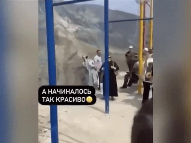 Video: Xích đu đứt dây, du khách văng xuống vách núi cao 1.900 mét