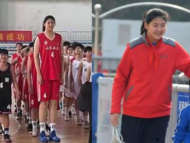 """Nữ VĐV bóng rổ nhí 14 tuổi cao 2m26, """"Độc cô cầu bại"""" giải U15"""