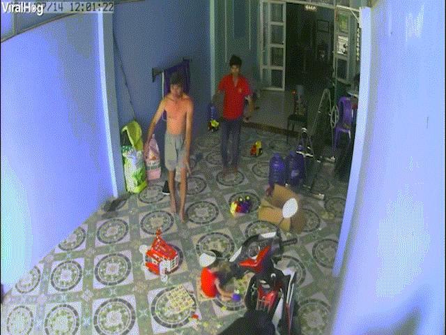 """Báo nước ngoài đăng video hổ mang chúa """"hùng hổ"""" vào nhà ở Việt Nam, dọa người dân bỏ chạy"""