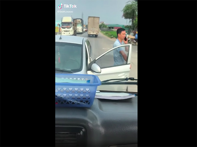 """Pha xử lý """"cồng kềnh"""" của tài xế xe con chạy lấn làn ngược chiều chặn đầu xe tải"""