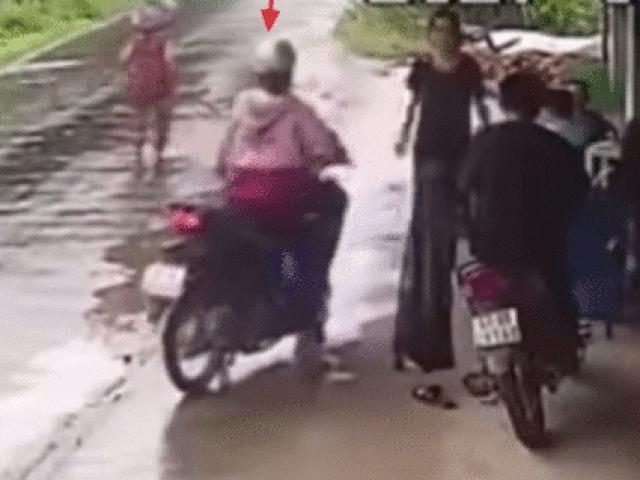Video: Đường mưa trơn ướt, cô gái phóng xe bạt mạng bị ngã sõng soài