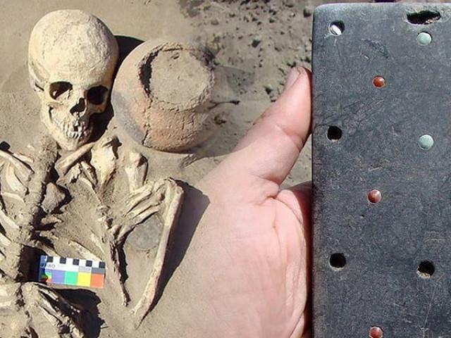"""Tìm thấy """"điện thoại iPhone"""" hơn 2.000 năm tuổi trong lăng mộ cổ"""