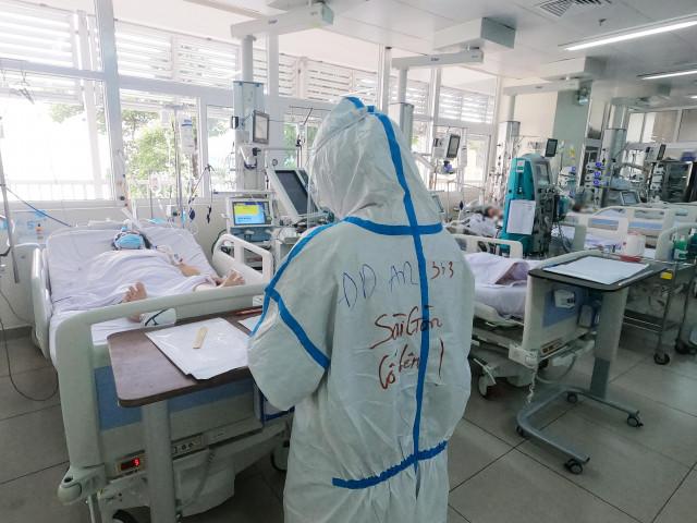 Video: Cận cảnh y bác sĩ Chợ Rẫy giành giật sự sống cho bệnh nhân COVID-19 nặng