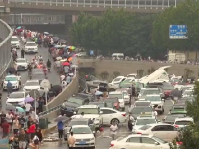 Ô tô chồng chất trên phố sau trận lụt 'trăm năm có một' ở Trung Quốc