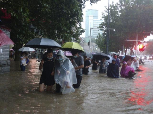 """Vì sao Trung Quốc dự báo sai trận mưa lũ """"ngàn năm có một""""?"""