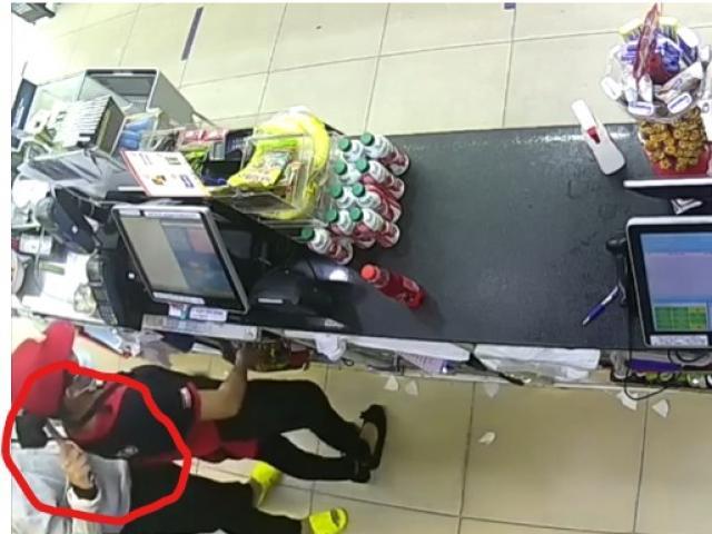 CLIP: Kẻ cướp kề dao vào cổ nhân viên cửa hàng tiện lợi ở TP.HCM