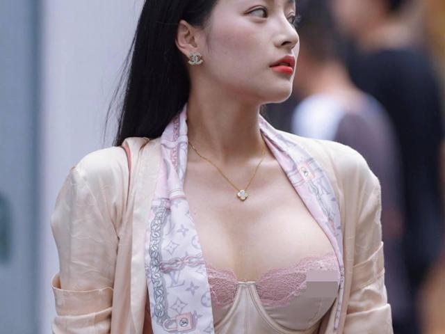"""Nhiều cô gái đẹp gây chú ý vì vô tư mặc kiểu """"áo lót được yêu nhất mùa dịch"""" đi dạo phố"""