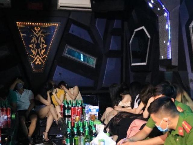 """Bữa tiệc sinh nhật thác loạn của hàng chục """"dân chơi"""" đất Cảng trong quán karaoke"""