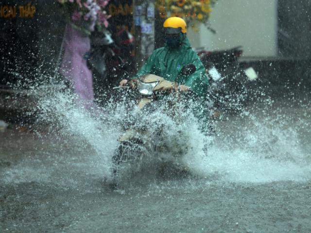 Áp thấp nhiệt đới chạy dọc ven biển, miền Bắc và miền Trung mưa lớn