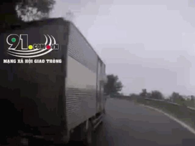 Clip: Vượt ẩu, xe tải gây họa cho xe máy rồi suýt lao xuống vực