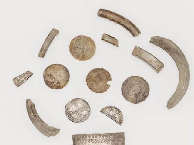 """Đào được """"con heo đất"""" chứa kho báu ngàn năm của người Viking"""
