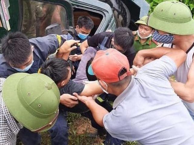 Giây phút giải cứu tài xế mắc kẹt trong ô tô tải bị tai nạn