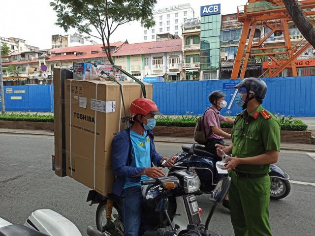 TP.HCM: Shipper chở hàng không thiết yếu sẽ bị phạt