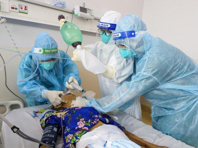 """Hành trình giành lại sự sống ở """"lằn ranh sinh tử"""" cho bệnh nhân COVID-19"""