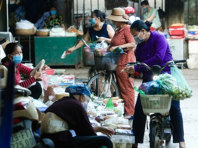 """Chợ Hà Nội áp dụng """"tem phiếu"""": sinh viên, người lao động ở trọ đi chợ như thế nào?"""