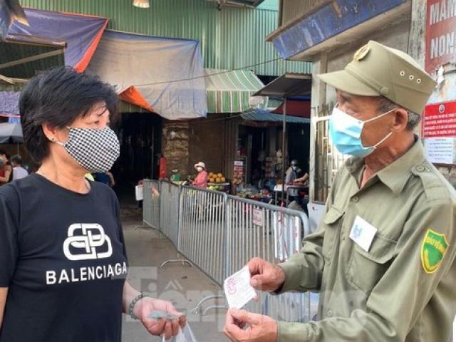 Cận cảnh người dân Hà Nội đi chợ bằng 'tem phiếu' ngày chẵn, lẻ