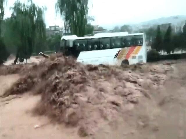 Vídeo: 2 ônibus estão prestes a ser arrastados pelas enchentes, apenas um mecânico chinês salva 71 pessoas