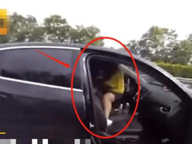 """Kiểm tra chiếc ô tô phanh gấp trên cao tốc, cảnh sát vừa mở cửa liền """"đứng hình"""" trước cảnh bên trong"""