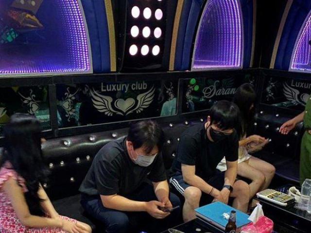 Phát hiện 3 nữ tiếp viên xinh đẹp phục vụ khách nam tại quán karaoke