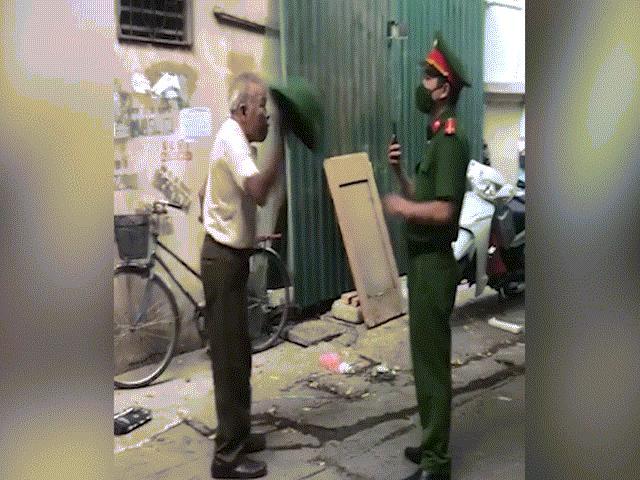 Hà Nội: Đưa cụ ông cầm mũ cối tấn công cảnh sát về phường