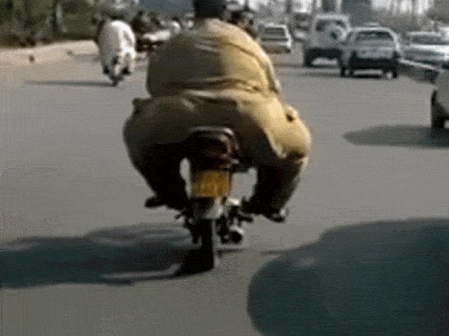 """Video: Người đàn ông quá béo ngồi lên, chiếc xe nổ máy như """"nghẹn nấc"""" chạy ì ạch"""