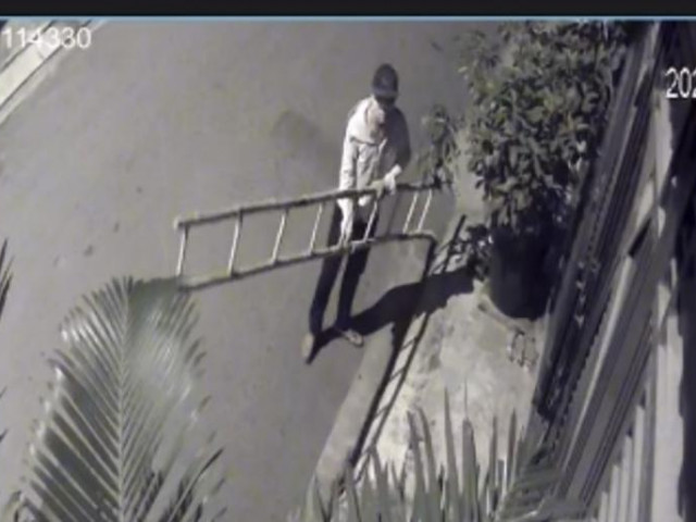 Camera ghi cảnh kẻ trộm bắc thang vào nhà dân lấy xe máy, laptop