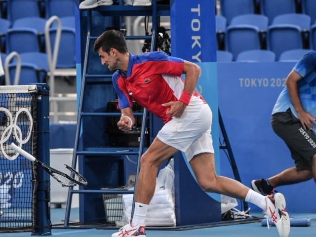 Djokovic trắng tay, đập vợt ở Olympic: Đối thủ đòi phạt nặng, Nole xin lỗi mỹ nhân